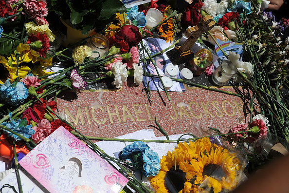 Paying「First Anniversary Of Michael Jackson's Death Recognised」:写真・画像(19)[壁紙.com]