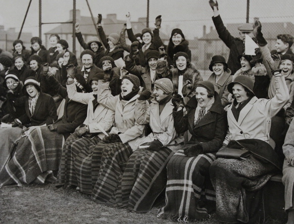 Blanket「Fans Of The English Team At The International Women'S Hockey Match Between England And Wales. 5Th March 1932. Photograph.」:写真・画像(6)[壁紙.com]