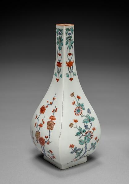 Chrysanthemum「Bottle Vase With Plum And Chrysanthemum Decoration: In Kakiemon Style」:写真・画像(17)[壁紙.com]