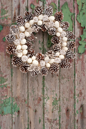 Pine Cone「Pine cone wreath on rustic wood panelled door」:スマホ壁紙(8)