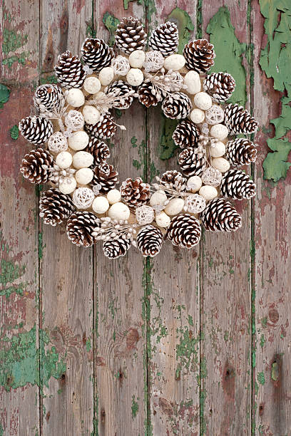 Pine cone wreath on rustic wood panelled door:スマホ壁紙(壁紙.com)