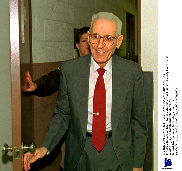 Bill Pugliano「Pontiac Michigan usaDr Jack Kevorkian Heads To The Cafateria At」:写真・画像(9)[壁紙.com]