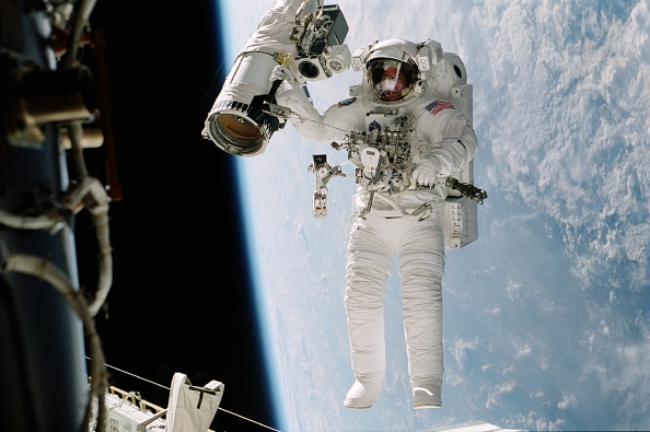 Space Shuttle Discovery「Astronaut William (Bill Mcarthur Appears Suspended Over The Blue And White Earth Octobe」:写真・画像(10)[壁紙.com]