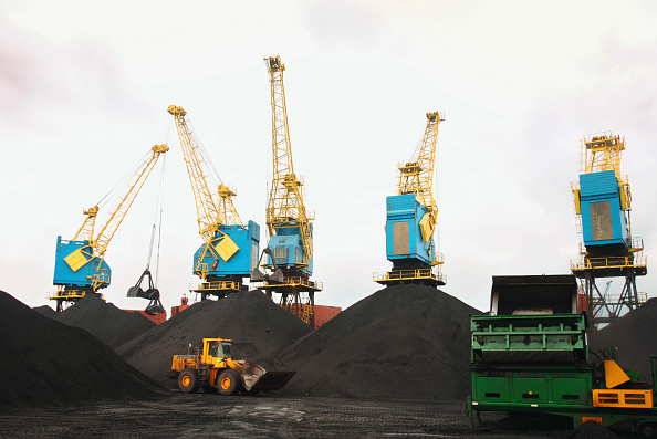 Global「Crane unloading coal from a container ship on the dockside at a port in Newport, South Wales, UK」:写真・画像(9)[壁紙.com]