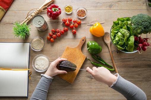 Vegetarian Food「Cutting an avocado for salad」:スマホ壁紙(14)