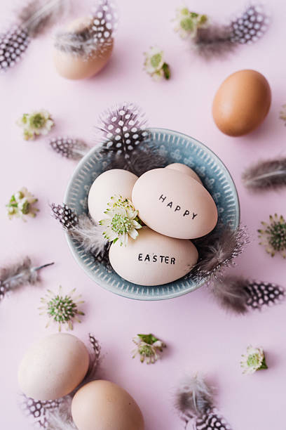 Happy easter eggs with feathers and text:スマホ壁紙(壁紙.com)