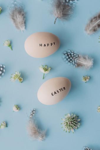 イースター「幸せなイースター卵、フェザーズおよびテキスト」:スマホ壁紙(11)