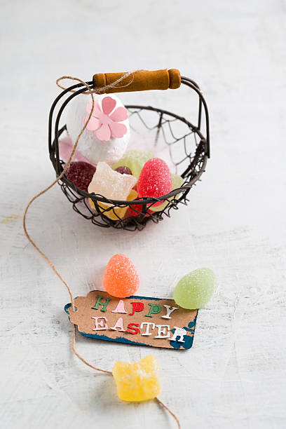 Happy Easter tag on basket with jelly eggs:スマホ壁紙(壁紙.com)