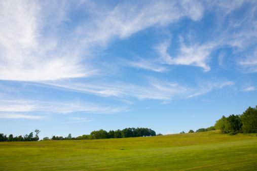 ニュージャージー州「Wispy clouds on blue sky above green lawn」:スマホ壁紙(10)