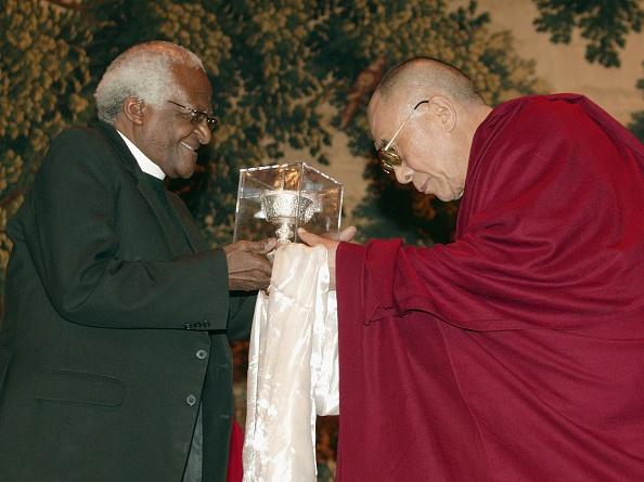 Bishop - Clergy「Dalai Lama bestows award on Desmond Tutu」:写真・画像(17)[壁紙.com]