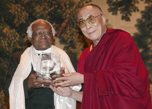 Bishop - Clergy「Dalai Lama bestows award on Desmond Tutu」:写真・画像(16)[壁紙.com]