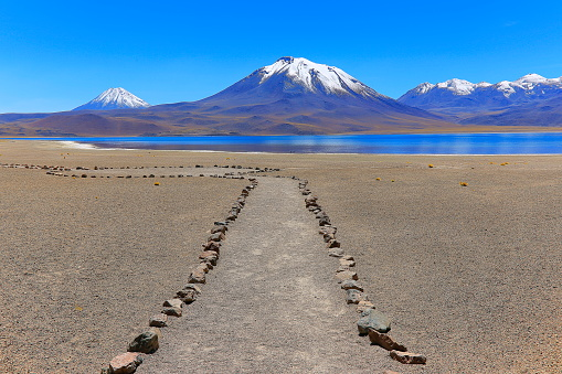 Atacama Region「Trail path to Lagunas Miñiques and Miscanti - Lakes and snowcapped Volcanoes mountains - Turquoise lakes and Idyllic Atacama Desert, Volcanic landscape panorama – San Pedro de Atacama, Chile, Bolívia and Argentina border」:スマホ壁紙(15)