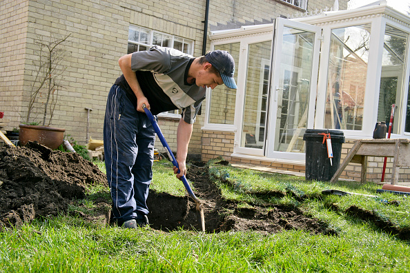Craftsperson「Builder digging a trench in a garden with a spade」:写真・画像(5)[壁紙.com]