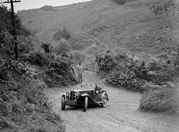 Hairpin Curve「1933 AC 4-seater taking part in a motoring trial, late 1930s」:写真・画像(2)[壁紙.com]