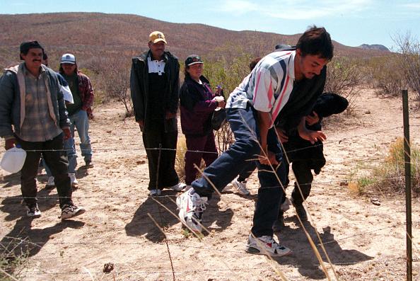 Arizona「Douglas Border Problems(3 Of 12 A Group Of Undocumented Immigrants Go Through A Fenc」:写真・画像(10)[壁紙.com]