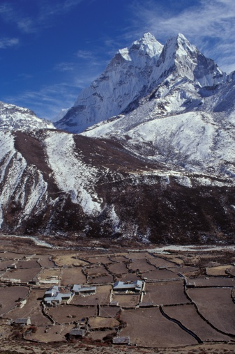Khumbu「Mountainous landscape with valley and village in forefront」:スマホ壁紙(10)