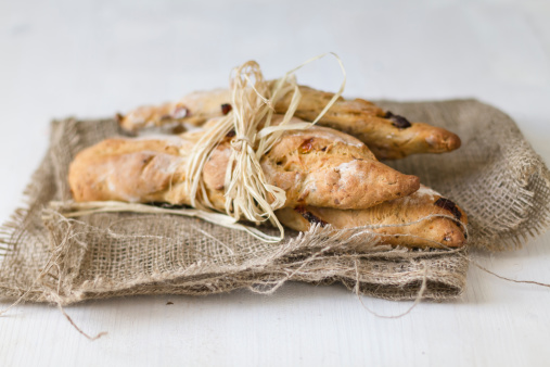 Breadstick「Breadsticks tied up with straw on jute sack, close up」:スマホ壁紙(11)