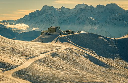 スノーボード「モンブランやシャモニーのスキー日没」:スマホ壁紙(8)