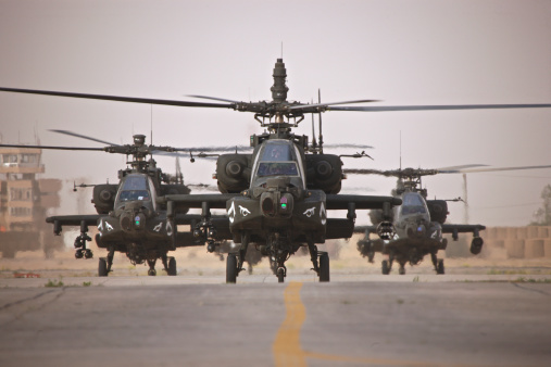 Propeller「A group of AH-64D Apache helicopters on the runway at COB Speicher.」:スマホ壁紙(16)