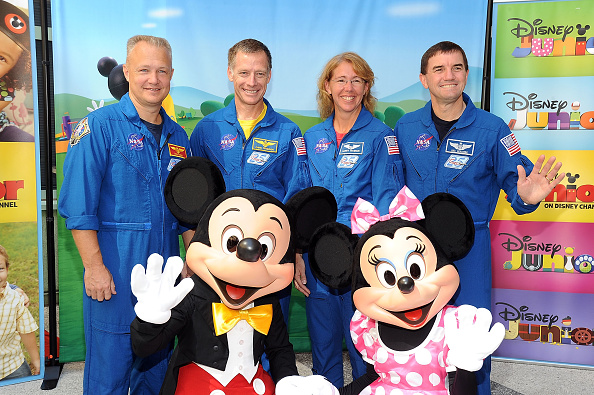 ミニーマウス「Mickey And Minnie Mouse Welcome NASA Astronauts And The East Los Angeles Boys & Girls Club To Disney Studios」:写真・画像(9)[壁紙.com]