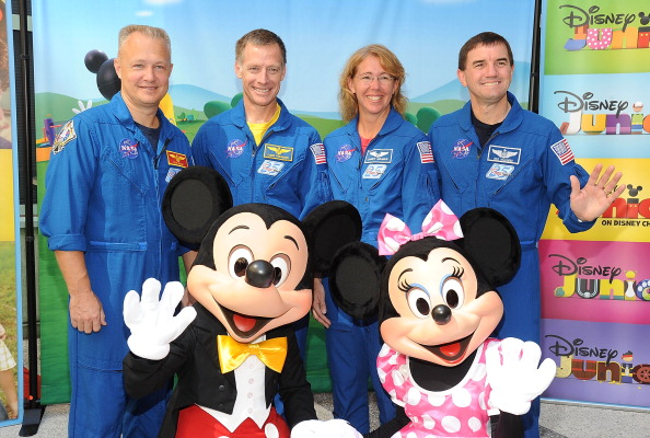 ミニーマウス「Mickey And Minnie Mouse Welcome NASA Astronauts And The East Los Angeles Boys & Girls Club To Disney Studios」:写真・画像(10)[壁紙.com]