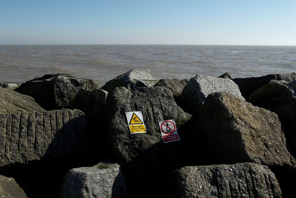 Horizon「Danger sign on rocks near sea, UK」:写真・画像(0)[壁紙.com]