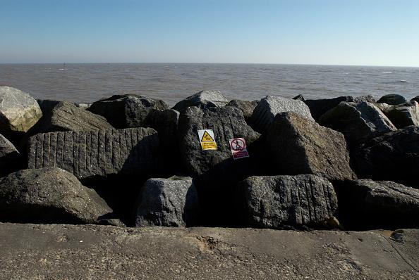 Horizon「Danger sign on rocks near sea, UK」:写真・画像(4)[壁紙.com]
