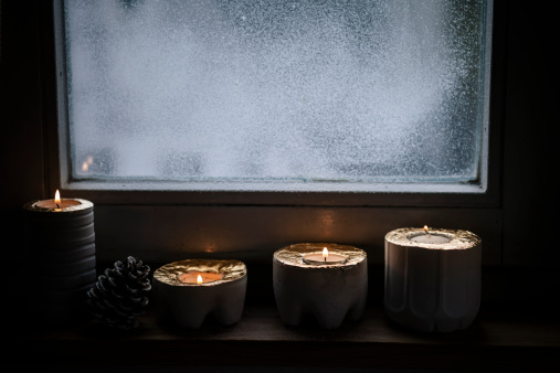 Cone Shape「Four lighted advent candles and a fir cone in front of snow covered window」:スマホ壁紙(14)