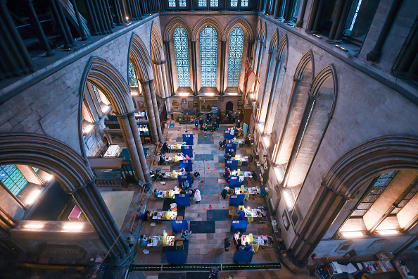 Cathedral「Salisbury Cathedral Used As Covid-19 Vaccination Centre」:写真・画像(9)[壁紙.com]