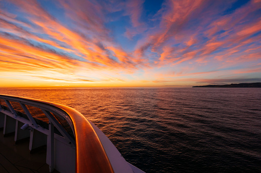 Cruise - Vacation「Banks Peninsula seen from a ship at sunrise」:スマホ壁紙(6)