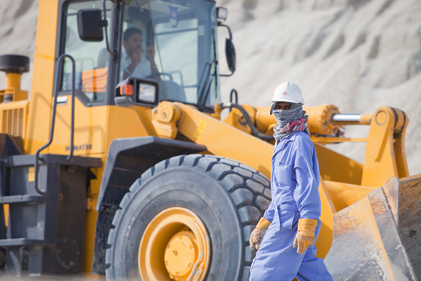 Earth Mover「Workers working on reclaiming land from the sea for another exclusive hotel development in Dubai」:写真・画像(13)[壁紙.com]
