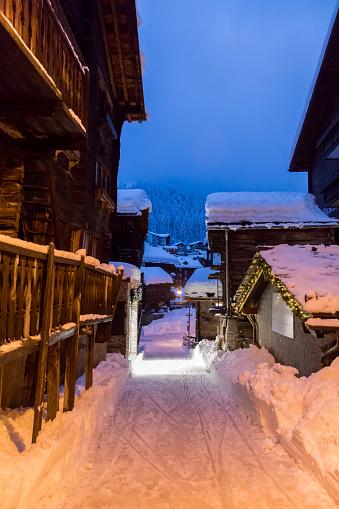 雪の吹きだまり「Old village. Zermatt. Switzerland」:スマホ壁紙(12)