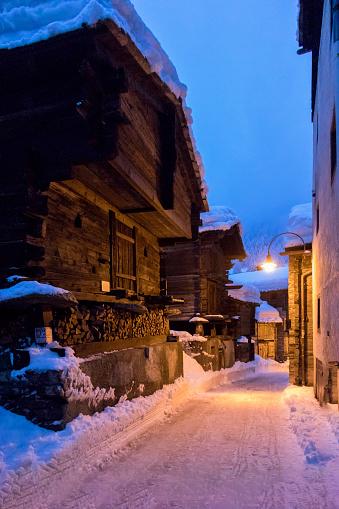 雪の吹きだまり「Old village. Zermatt. Switzerland」:スマホ壁紙(11)