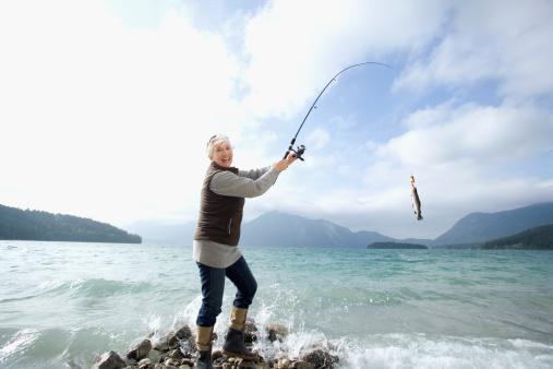 女「Germany, Bavaria, Walchsensee, Senior woman fishing in lake」:スマホ壁紙(17)
