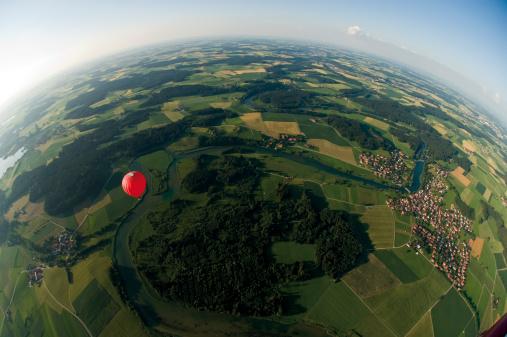 気球「Germany, Bavaria, View of hot air balloon over pasture landscape」:スマホ壁紙(11)