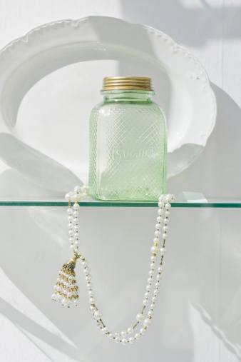 真珠「Germany, Bavaria, Munich, Old sugar bottle with pearl necklace behind display window」:スマホ壁紙(13)