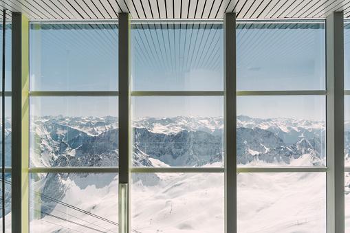 雪景色「Germany, Bavaria, view through window from Zugspitze」:スマホ壁紙(1)