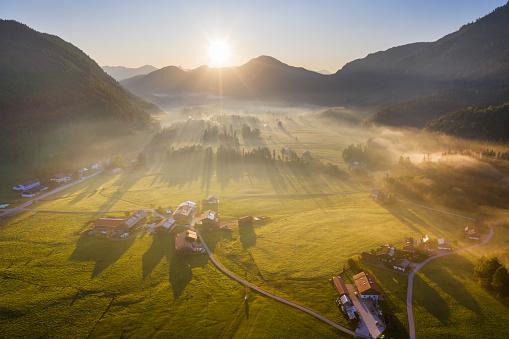 Jachenau「Germany, Bavaria, Upper Bavaria, Isarwinkel, Jachenau, rural landscape in fog at sunrise」:スマホ壁紙(8)