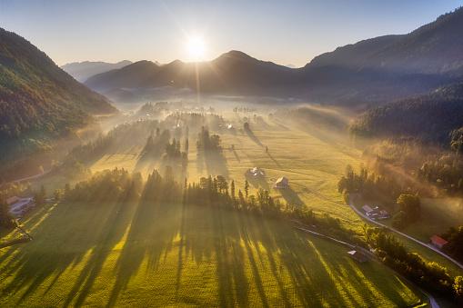 Jachenau「Germany, Bavaria, Upper Bavaria, Isarwinkel, Jachenau, rural landscape in fog at sunrise」:スマホ壁紙(10)