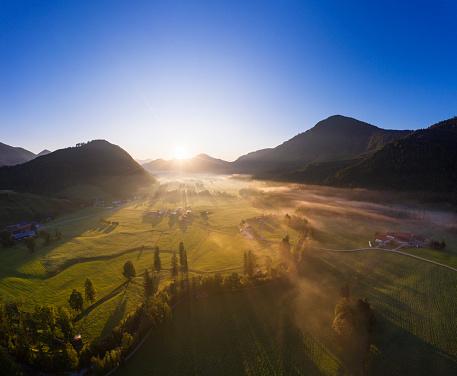 Jachenau「Germany, Bavaria, Upper Bavaria, Isarwinkel, Jachenau, rural landscape in fog at sunrise」:スマホ壁紙(7)