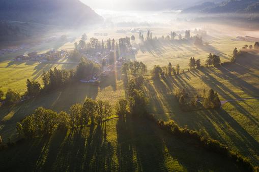 Jachenau「Germany, Bavaria, Upper Bavaria, Isarwinkel, Jachenau, rural landscape in fog at sunrise」:スマホ壁紙(1)