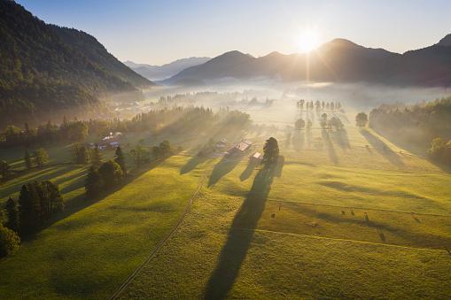 Jachenau「Germany, Bavaria, Upper Bavaria, Isarwinkel, Jachenau, rural landscape in fog at sunrise」:スマホ壁紙(11)