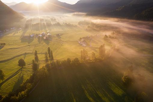 Jachenau「Germany, Bavaria, Upper Bavaria, Isarwinkel, Jachenau, rural landscape in fog at sunrise」:スマホ壁紙(6)
