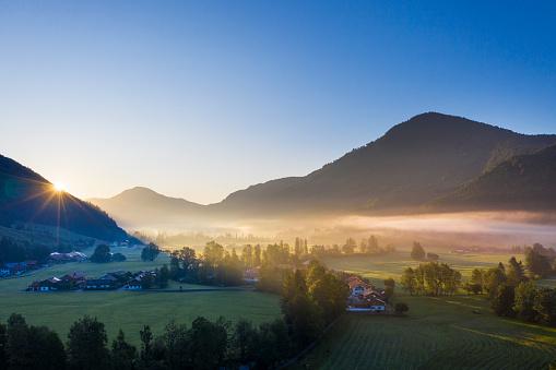 Jachenau「Germany, Bavaria, Upper Bavaria, Isarwinkel, Jachenau, rural landscape in fog at sunrise」:スマホ壁紙(3)