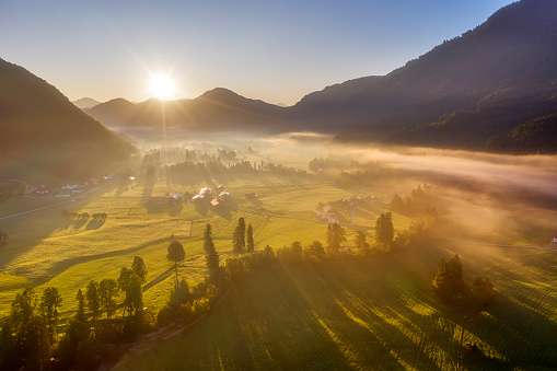 Jachenau「Germany, Bavaria, Upper Bavaria, Isarwinkel, Jachenau, rural landscape in fog at sunrise」:スマホ壁紙(9)
