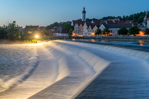 Lech River「Germany, Bavaria, Upper Bavaria, Lech weir and the historic centre of Landsberg am Lech at night」:スマホ壁紙(4)