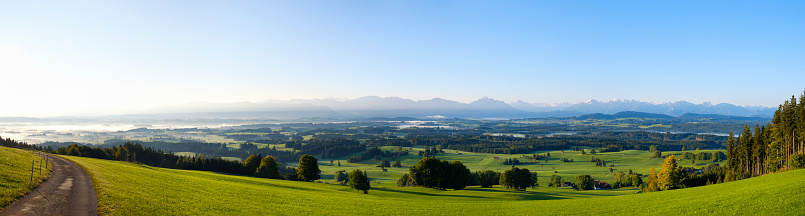 Lechtal Alps「Germany, Bavaria, Upper Bavaria, Allgaeu, Pfaffenwinkel, View from Auerberg near Bernbeuren, panorama in the morning」:スマホ壁紙(1)