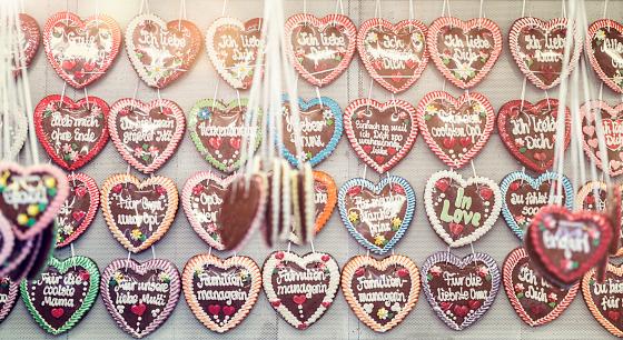 Focus On Background「Germany, Bavaria, Munich, rows of gingerbread hearts at Oktoberfest」:スマホ壁紙(5)