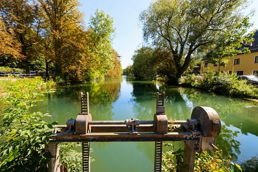 Lech River「Germany, Bavaria, Augsburg, Jakobervorstadt, Retaining weir at city moat」:スマホ壁紙(17)