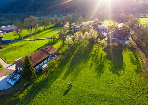 Agricultural Building「Germany, Bavaria, Gaissach, Drone view of sunlight illuminating countryside farmhouses」:スマホ壁紙(15)